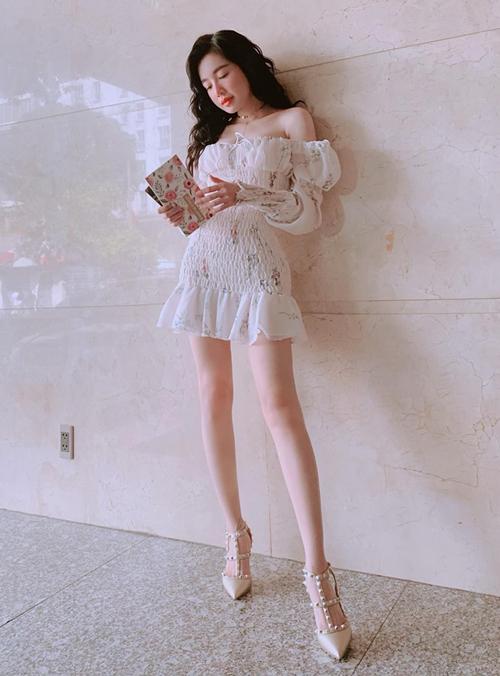 Elly Trần được khen giống búp bê với bức ảnh khoe chân không chút mỡ thừa.