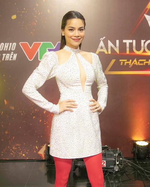 Trong lần xuất hiện mới đây, Hà Hồ có phần thụt lùi về phong cách vì bộ trang phục khó hiểu. Nữ ca sĩ diện váy ánh kim xẻ ngực rất sexy, tuy nhiên lại kết hợp cùng chiếc quần tất màu hồng chóe.