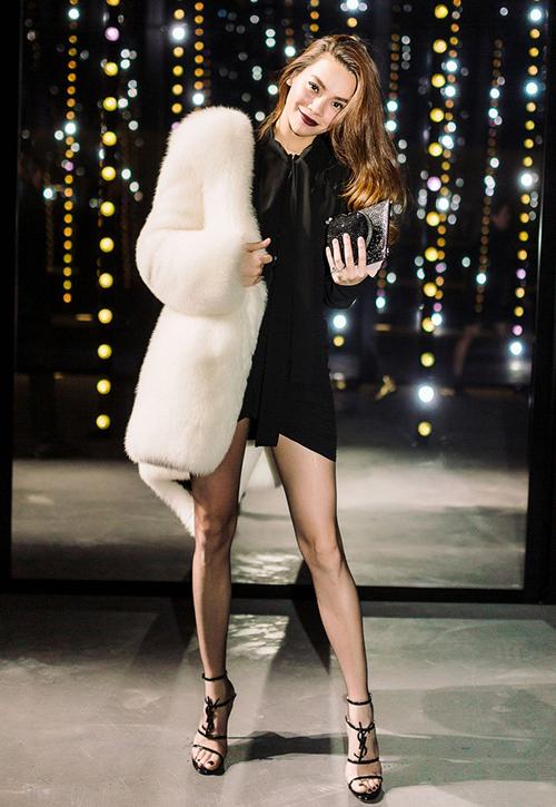 Khi mặc quần tất đen siêu mỏng hoặc quần tất màu nude, đôi chân của bạn gái Kim Lý trông thon gọn, mảnh mai, tổng thể cũng sang trọng hơn hẳn.