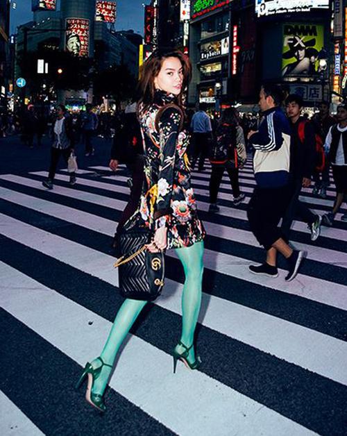 Phong cách thời trang mới mẻ của Hà Hồ được thể hiện trong những lần cô diện quần tất màu chóe. Tuy nhiên, với một fashionista như Hà Hồ, không phải kiểu mốt nào người đẹp cũng chinh phục thành công.
