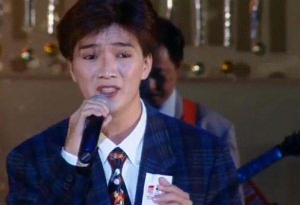 Đàm Vĩnh Hưng để tóc hai mái thời điểm thi Tiếng hát truyền hình TP HCM năm 1998.