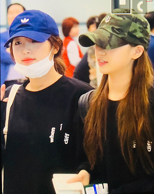 Choi Yena (đội mũ) và Kim Chae Won khoác tay tình cảm ở sân bay.