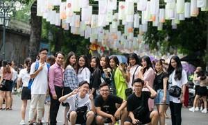 Giới trẻ 'sống ảo' tại phố lồng đèn Phùng Hưng