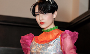 Hot girl Hồng Xuân mặc sặc sỡ dự New York Fashion Week
