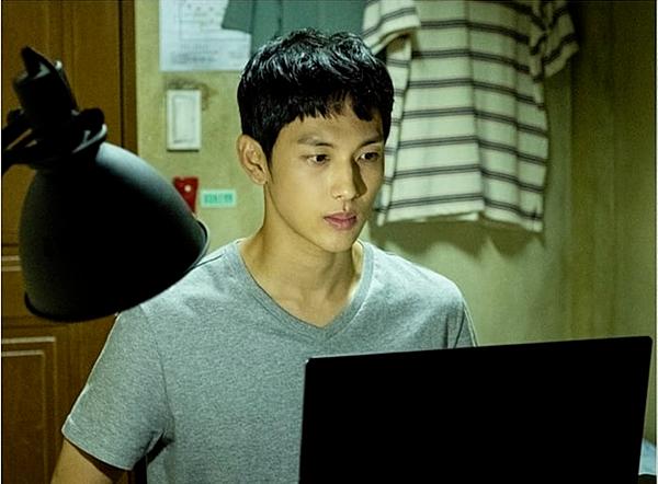 Nam chính Yoon Jong Woo gặp các hiện tượng kỳ quái tại khu nhà trọ mới.