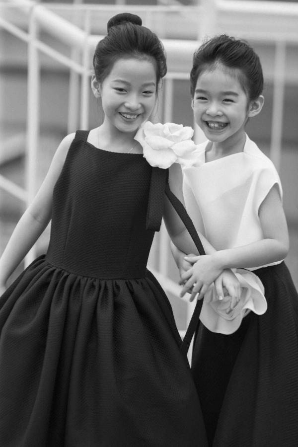 Khác với trên sân khấu, trong hậu trường, mẫu nhívẫn giữ sự trong sáng, vui tươi đúng lứa tuổi khi có những phút giây vui cười thoải mái bên bé Thỏ - con gái Xuân Lan.
