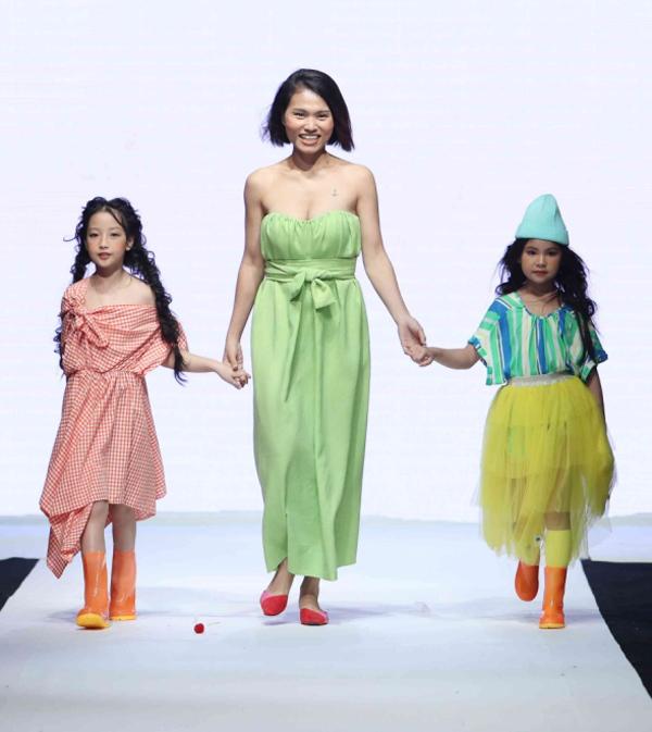Trong mùa thứ 9 của Vietnam Junior Fashion Week vừa diễn ra tại TP HCM, Anh Thư tiếp tục được các nhà thiết kế tin tưởng giao vai trò vedette cho nhiều bộ sưu tập thời trang.