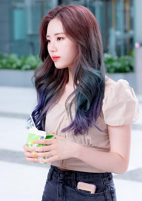 Mẫu áo này cũng rất được lòng Jiwon (Fromis_9), cô nàng ghi điểm khi diện item với tóc màu ombre nổi bật cùng nhan sắc ngọt ngào
