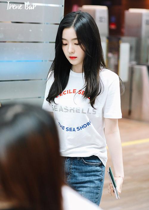 Áo thun trắng làm nổi bật làn da Bạch Tuyết của Irene. Mỹ nhân Red Velvet cũng thường để tóc tối màu, tô son đỏ nên càng phù hợp với item này.