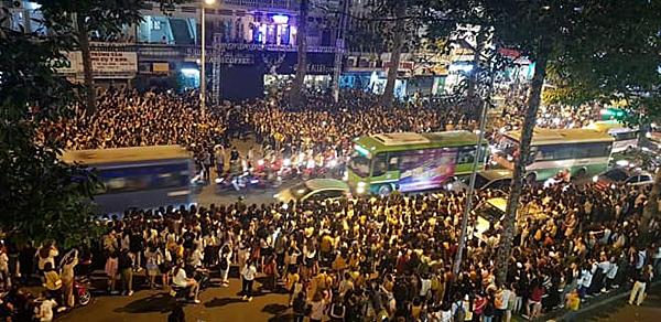 Lượng người gây náo loạn tại địa điểm diễn ra buổi gặp gỡ Ji Chang Wook.