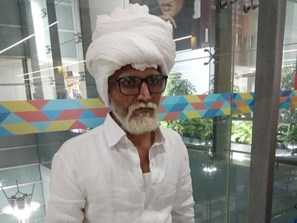 Jayesh Patel, 32 tuổi, cải trang thành ông cụ tại sân bay New Delhi.