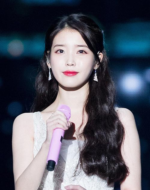Mái tóc của IU đang là chủ đề được nhiều netizen Hàn quan tâm trên mạng xã hội. Bài viết so sánh nữ diễn viên khi để tóc dài và tóc ngắn nhận được lượt tương tác cao, tạo nên cuộc tranh luận lớn.