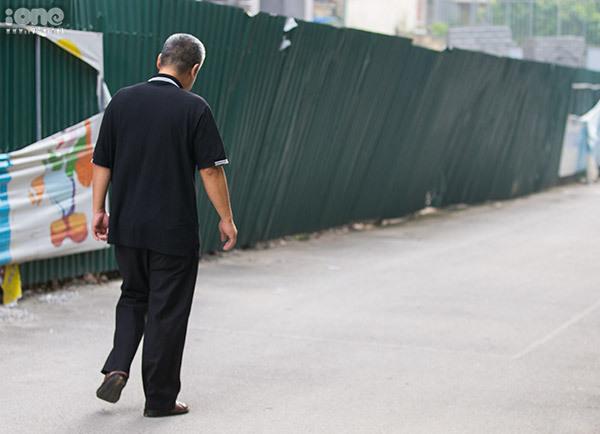 Ông Phiến tái hiệncảnh di chuyển từ bãi đỗ ô tô ra lấy xe máy để đi về nhà trong sáng 6/8.
