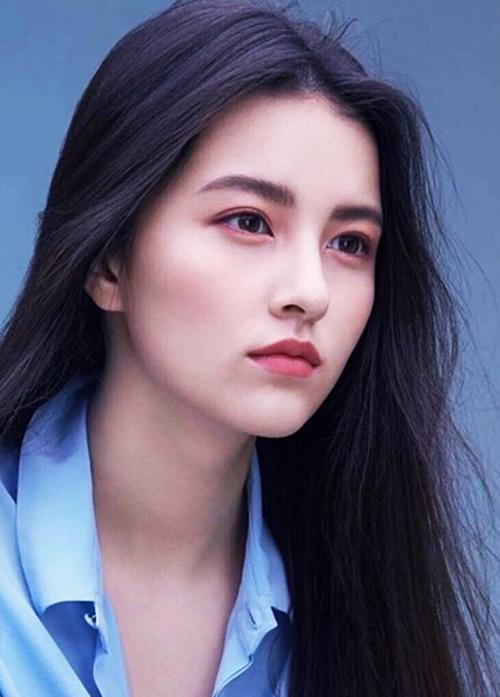 Ahn Hye Won sinh năm 1998, có chiều cao 1,70 m. Có bố là người Hàn Quốc, mẹ là người Nga, Ahn Hye Won mang vẻ đẹp hòa trộn hài hòa giữa Á - Âu.  Ahn Hye Won xuất thân là người mẫu, Arthdal Chronicles là drama Hàn đầu tiên cô thử sức khi trở thành diễn viên. Vai diễn của Ahn Hye Won được nhận xét khá ổn với một người tay ngang như cô.