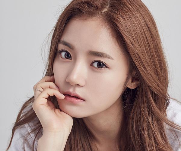 Nhiều khán giả sẽ bất ngờ khi biết Go Bo Kyul sinh năm 1988. Người đẹp này có gương mặt trẻ trung hơn tuổi thật của mình rất nhiều. Cô bắt đầu đóng phim từ năm 2014, góp mặt trong nhiều dự án nổi tiếng nhưProducer, Goblin, Queen for Seven Days...