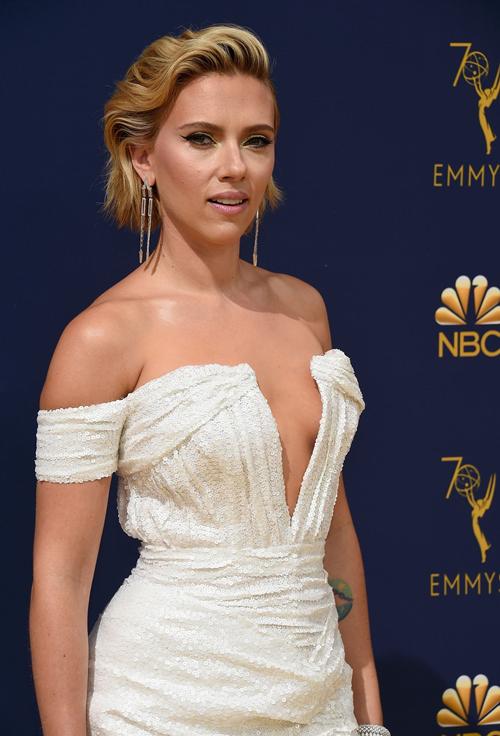 Với gương mặt sắc sảo, thân hình nóng bỏng, Scarlett Johansson luôn là  cái tên nổi bật giữa một rừng cô đào nổi tiếng, gợi cảm của Hollywood.  Vai diễn Góa phụ đen (Black Widow) trong vũ trụ điện ảnh Marvel mang  lại cho Scarlett Johansson mọi thứ từ tiền bạc cho đến địa vị ngày một  cao ở Hollywood. Cô vươn lên vị trí đả nữ số một trong làng giải trí.