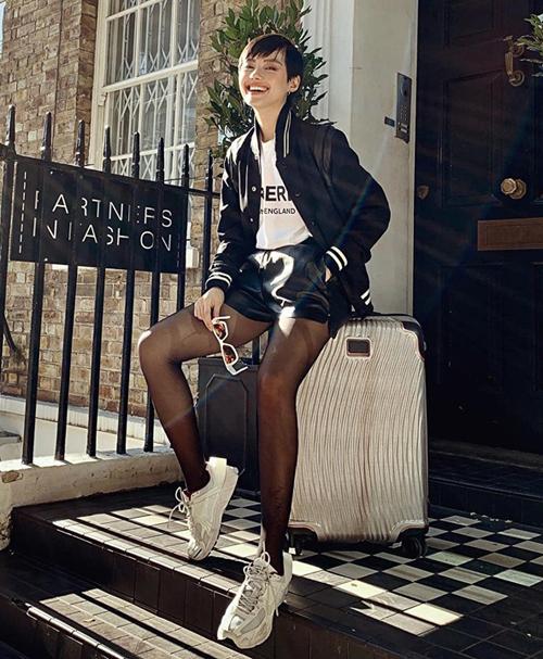 Sang London tham dự tuần lễ thời trang, Khánh Linh tranh thủ khoe street style khỏe khoắn, chất lừ.