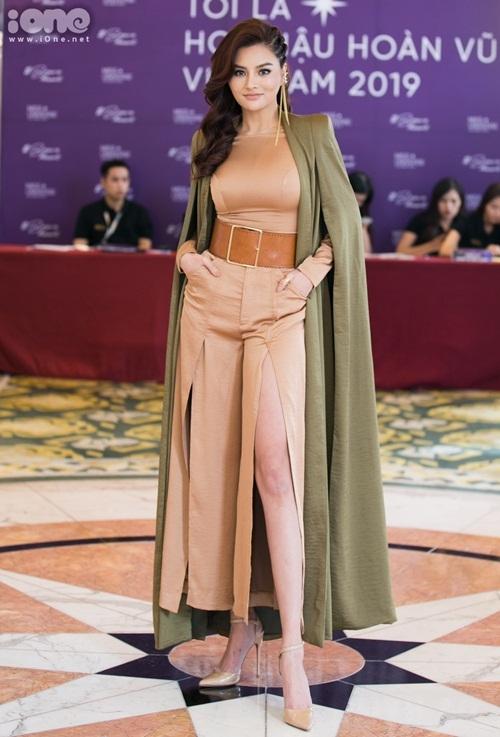 Cựu siêu mẫu Vũ Thu Phương mặc trang phục do chính mình thiết kế. Cô là một trong bảy giám khảo của Hoa hậu Hoàn vũ Việt Nam 2019.