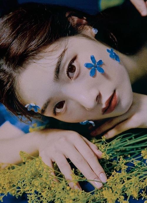 Chae Yeon (DIA) dặm phấn trắng bệch, biểu cảm ma mị trên bìa tạp chí MAPS.