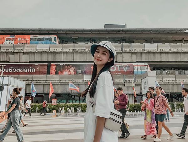 Jun Vũ tươi tắn khi về thăm quê hương thứ hai Bangkok.