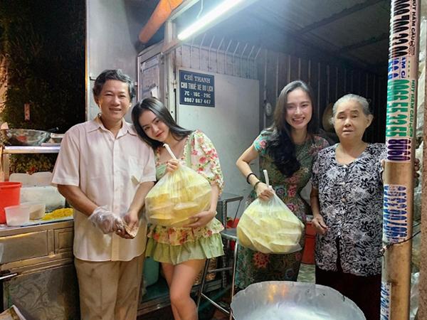 Hai chị em Angela Phương Trinh về quê thăm ông bà.