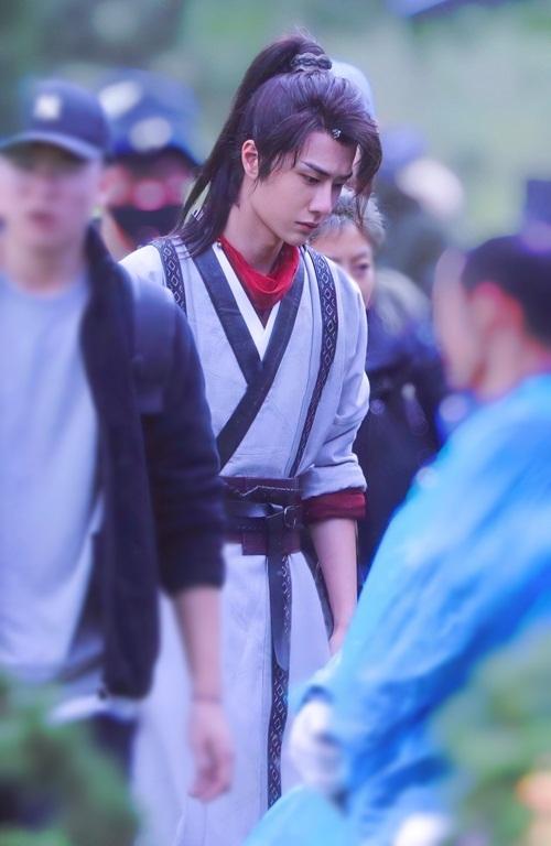 Vương Nhất Bác đóng nam chính Tạ Duẫn, có ngoại hình điển trai với tóc mái dài lãng tử.