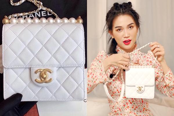 Một mẫu túi khác trong video đập hộp của Sĩ Thanh cũng gây nghi ngờ về độ thật giả là Chanel Pearl Flap Bag. Đây là dòng túi giới hạn mới ra mắt năm nay, có giá bán 2.300 Euro (gần 60 triệu đồng).