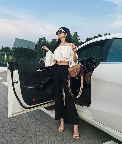 Nữ ca sĩ từng diện một chiếc Dior Saddle Bag với phần quai đeo tinh xảo, tổng giá trị khoảng 90 triệu đồng.