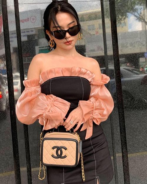 Chanel Sac Vanity là thiết kế được rất nhiều tín đồ thời trang yêu thích, tốn 3.850 Euro (gần 100 triệu đồng) để sở hữu.