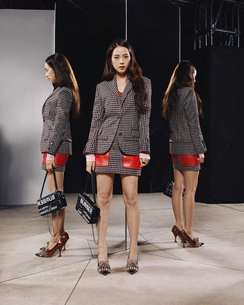 Hình ảnh của Ji Soo ở show diễn Burberry cũng xuất hiện trên tài khoản của các tạp chí thời trang lớn. Lần đầu tham dự Tuần lễ thời trang với tư cách cá nhân, cô nàng đã ghi điểm bằng nhan sắc và gu thời trang tinh tế.