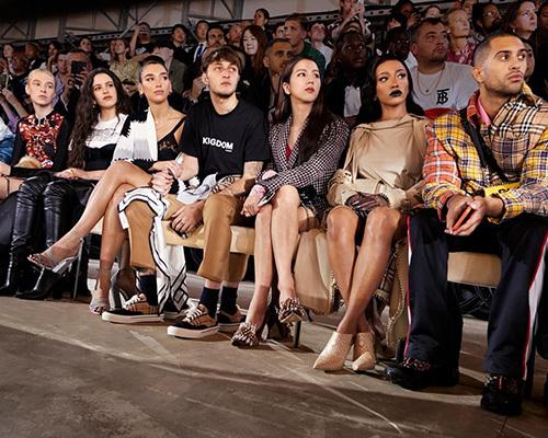 Ji Soo đang ở London, Anh để tham dự show thời trang của thương hiệu Burberry đình đám. Thành viên Black Pink được xếp ngồi ở hàng đầu tiên, bên cạnh những tên tuổi lớn của làng giải trí như Dua Lipa, Anwar Hadid - em trai của người mẫu Gigi & Bella Hadid.