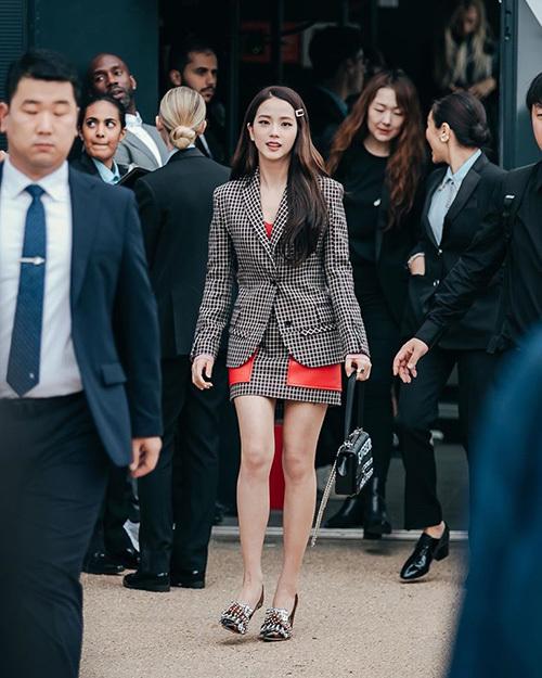 Trước đó vài ngày, Ji Soo còn bị chê kém sắc vì tăng cân, nhưng ngôi sao sinh năm 1995 đã lấy lại phong độ. Tên tuổi của nữ ca sĩ đứng đầu top trending ở 5 quốc gia và là khách mời duy nhất của sự kiện xuất hiện trên Top 20 BXH xu hướng toàn cầu.