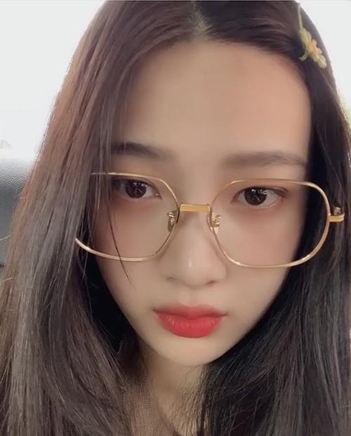 Joy gây chú ý khi diện chiếc kính to bản không tròng màu vàng đồng giá khoảng 5,4 triệu đồng của Projekt Produkt. Nữ idol nhóm Red Velvet được nhận xét trông đáng yêu hơn hẳn.