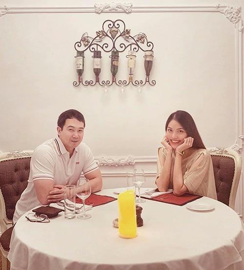 Lan Khuê hẹn hò đi ăn nhà hàng cùng ông xã.