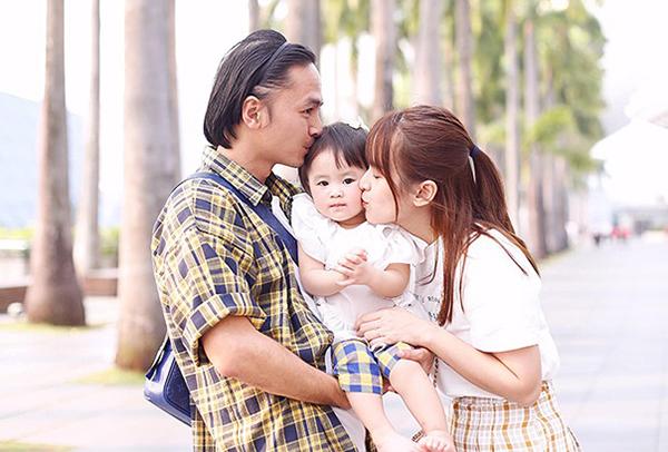 Vợ chồng Tú Vi - Văn Anh lần đầu đưa con gái xuất ngoại. Điểm đến của cả nhà là Singapore.