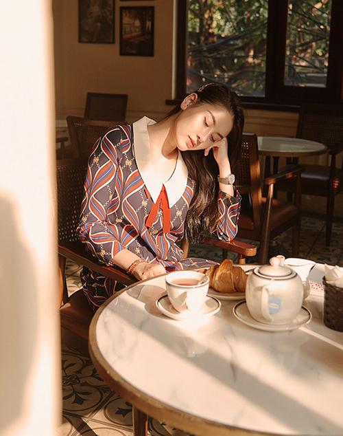 Hà Lade mơ màng trong một buổi trà chiều.