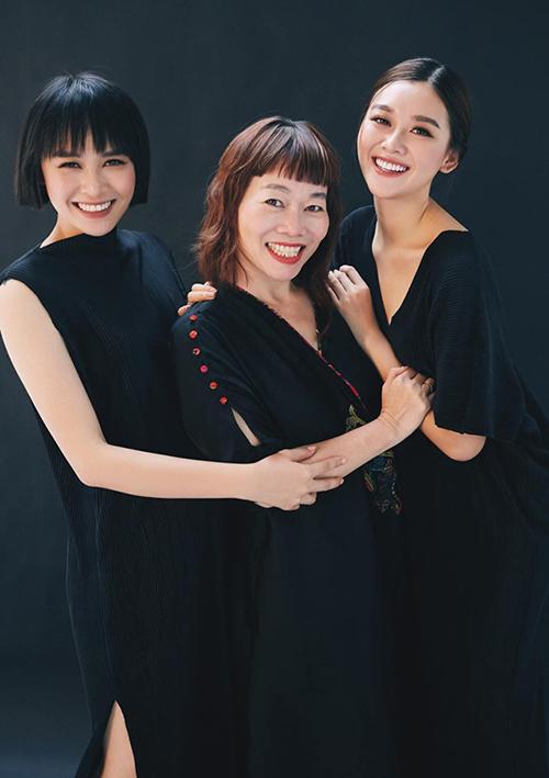 Á hậu Tường San (phải) khoe bộ ảnh đẹp đều cùng mẹ và chị gái.