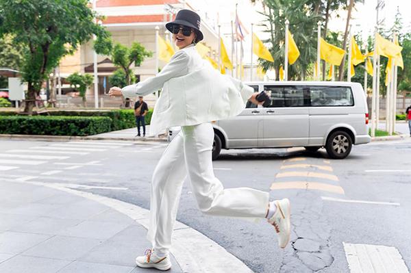 HHen Niê tung tăng trên đường phố khi được trở lại Bangkok.