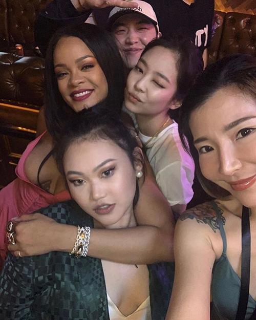 Thành viên Black Pink chụp ảnh nhắng nhít cùng ngôi sao quốc tế.
