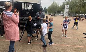 Văn Hậu được fan nhí vây quanh khi dạo phố ở Hà Lan