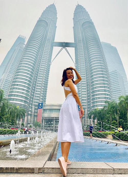 Hoàng Oanh check-in dưới chân tòa tháp đôi nổi tiếng Kuala Lumpur.