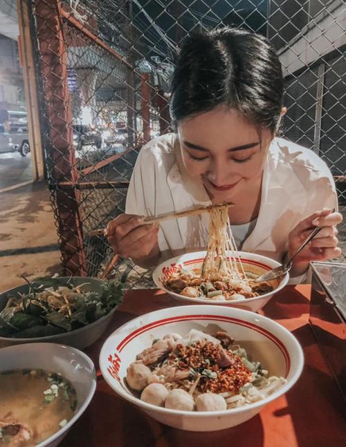 JUn Vũ đi ăn mì đêm ở Thái Lan.