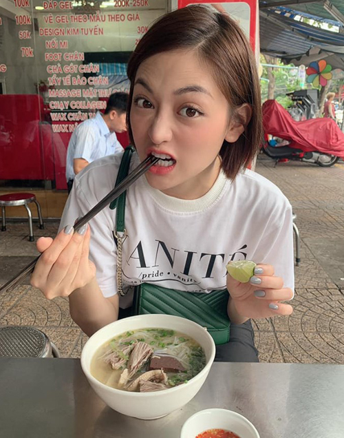 Thùy Anh nhắng nhít đi ăn bún ở Hà Nội.