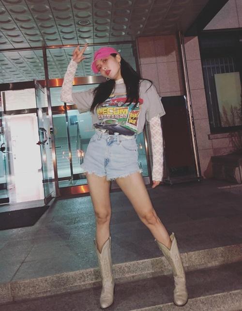 Hyuna khoe chân với style cá tính.