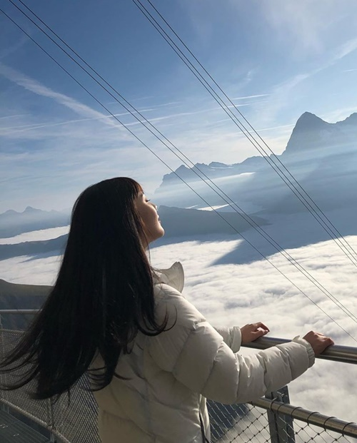Joy lạc giữa mây trời trong khung cảnh choáng ngợp ở Thụy Sĩ.