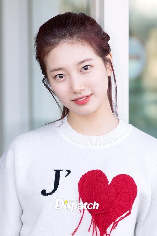 Suzy thường trang điểm nhẹ mỗi lần ra sân bay nhưng vẫn tỏa sáng nhờ nhan sắc đẹp tự nhiên.