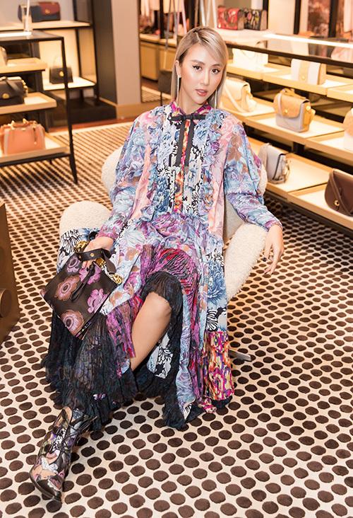 Mỹ nhân sinh năm 1996 diện bộ váy bay bổng kết hợp cùng boots, clutch tông xuyệt tông họa tiết. Tổng giá trị outfit của cô khoảng 100 triệu đồng.