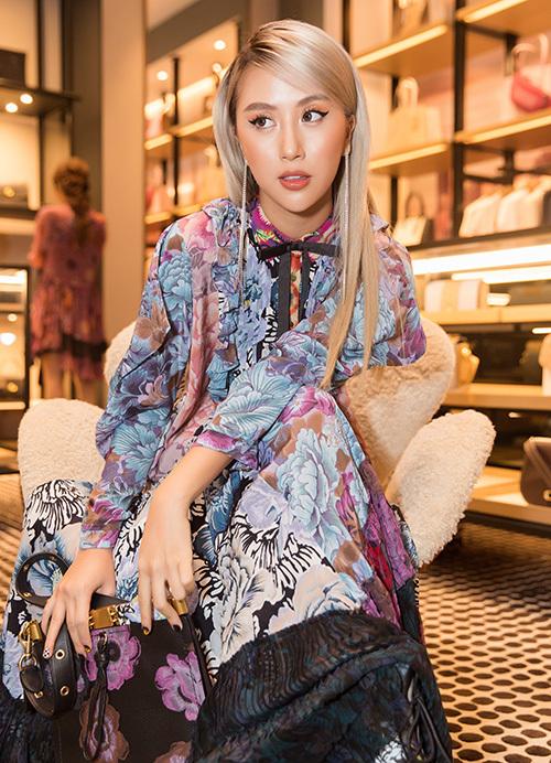 Để phù hợp với trang phục lạ mắt, Quỳnh Anh Shyn trang điểm mắt mèo sắc sảo, hợp với mái tóc vàng khói đậm chất Tây.