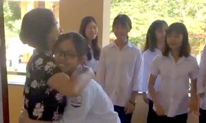 Cô giáo Tuyên Quang đón học sinh bằng những cái ôm