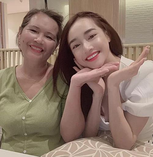 Hôm 4/8, Nhã Phương đăng tải trên trang cá nhân bức hình chụp cùng mẹ đẻ. Cô chia sẻ niềm hạnh phúc khi được làm mẹ và hứa sẽ hy sinh tất cả vì con. Đây cũng là lần đầu tiên Nhã Phương công khai chuyện sinh con sau gần một năm kết hôn.